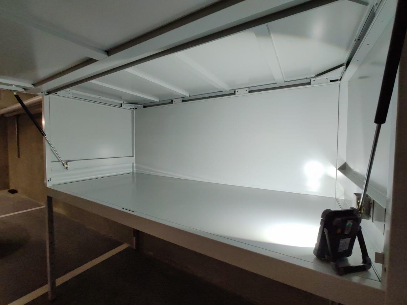 wnętrze szafy garażowej